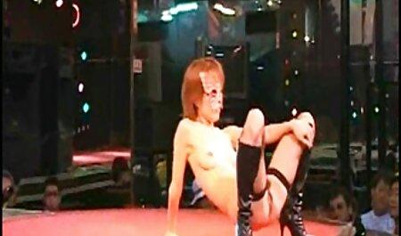 एक जवान जापानी लड़की कमरे सेक्सी मूवी फिल्म वीडियो में अपनी चूत को सहलाती है